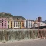 Xarxes de pescadors i cases acolorides a Bosa (Sardenya, 2008)